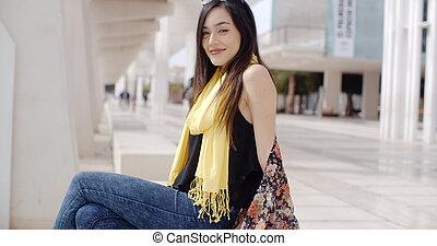 atraente, elegante, mulher jovem, relaxante, em, cidade