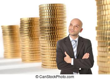 atraente, feliz, jovem, homem negócio, com, careca, pensando, e, sonhar, de, grande, dinheiro, ligado, moedas ouro, pilhas, fundo
