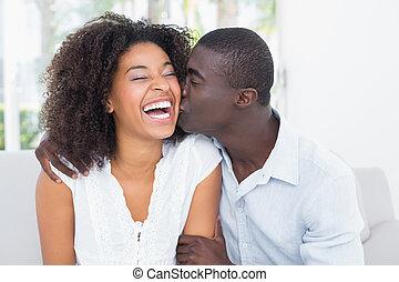 atraente, homem, beijando, seu, namorada, ligado, a,...