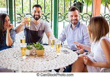 atraente, homem, fazer, um brinde, com, amigos