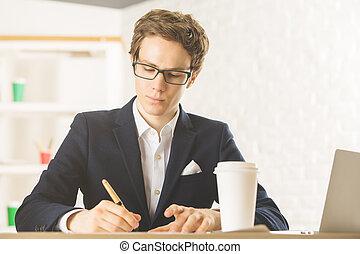 atraente, homem negócios, fazendo, paperwork