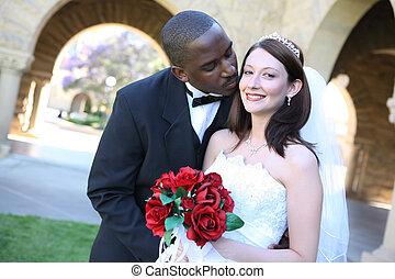 atraente, interracial, par casando, beijando