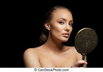 atraente, jovem, femininas, modelo, com, um, espelho