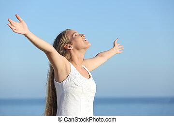 atraente, loiro, mulher, respirar, feliz, com, braços levantados