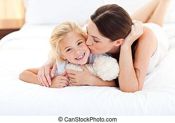 atraente, mãe, beijando, dela, menininha