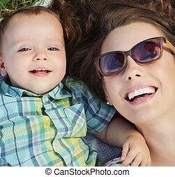 atraente, mãe, mentindo, ligado, a, cobertor, com, dela, bebê