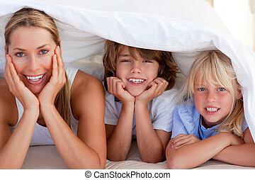 atraente, mãe, tendo divertimento, com, dela, crianças