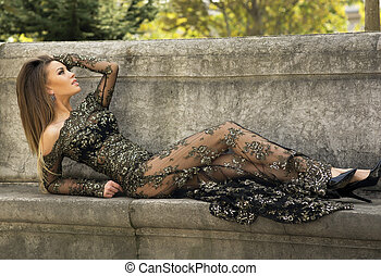 atraente, morena, beleza, posar, em, elegante, dress.