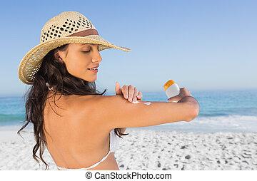 atraente, morena, com, chapéu palha, pôr, creme sol