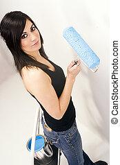 atraente, mulher à mão, usando, pintar rolo, pintura azul, projeto