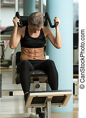 atraente, mulher, atleta, executar, exercício, para, músculos abdominais