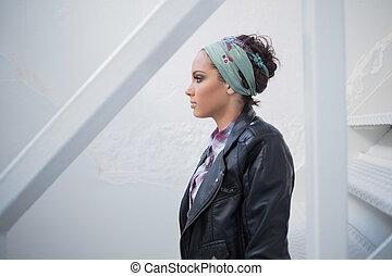 atraente, mulher, com, hairband, sentar escada