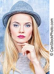 atraente, mulher jovem, com, cabelo loiro, desgastar, hat.