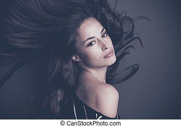 atraente, mulher jovem, com, cabelo longo, movimento