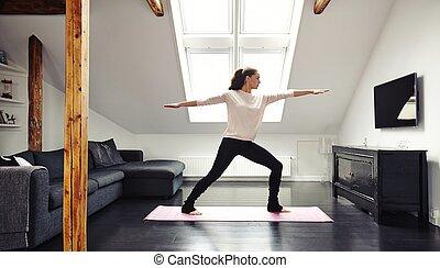 atraente, mulher jovem, fazendo, ioga, casa