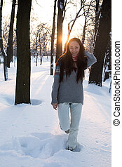 atraente, mulher jovem, (girl), tocando, com, neve, em, roupa morna, sorrindo, parque