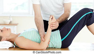 atraente, mulher jovem, recebendo, um, massagem