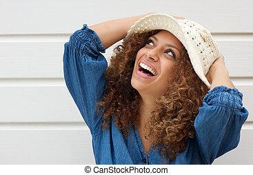 atraente, mulher jovem, sorrindo, e, desgastar, chapéu verão