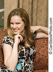 atraente, mulher jovem, tocando, com, dela, cabelo
