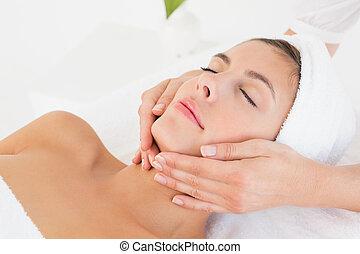 atraente, mulher, recebendo, massagem facial, em, spa,...