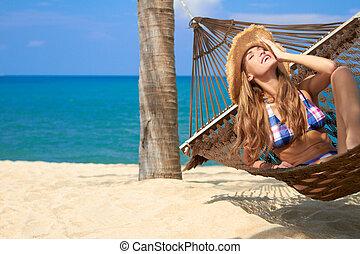 atraente, mulher relaxando, em, um, rede