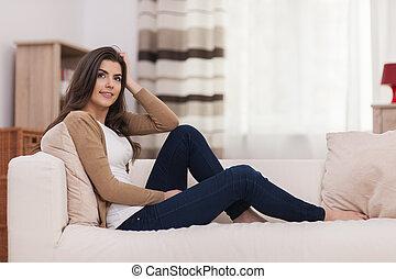 atraente, mulher relaxando, ligado, sofá