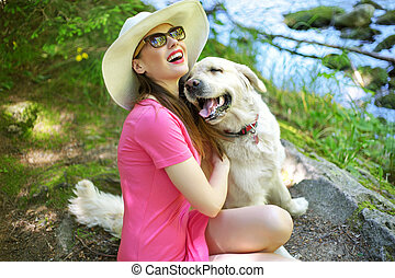 atraente, mulher, tocando, com, encantador, cão
