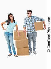 atraente, par, caixas, em movimento, jovem