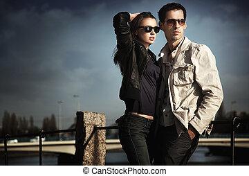 atraente, par jovem, óculos sol cansativo