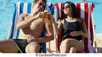 atraente, par jovem, desfrutando, um, cerveja