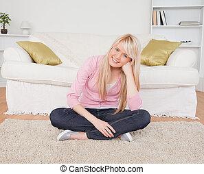 atraente, posar, chão, enquanto, femininas, loiro, sentando