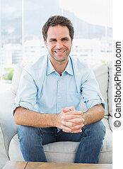 atraente, sofá, sorrindo, homem câmera, sentando