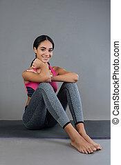 atraente, sportswoman, sorrindo, enquanto, olhando câmera