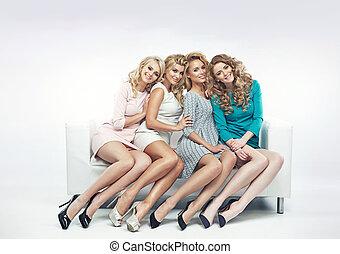atraindo, sofá, mulheres, sentando