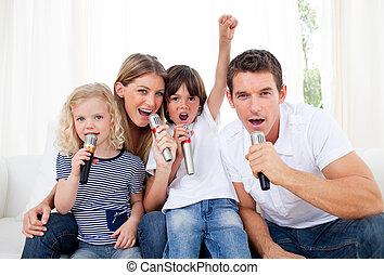 através, microfone, retrato, vivamente, cantando, família