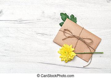 attaché, concept, kraft, fleur, amour, romance, jaune, printemps, enveloppe, bois, papier, corde, blanc, arrière-plan.