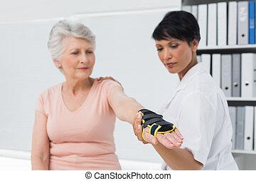 attache, malades, personne agee, main, docteur féminin, poignet, fixation