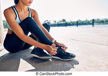 attachement, jeune, dentelles, chaussure, dehors, fitness, femme, coureur