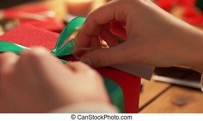 attacher, étiquette, emballage, mains, cadeau, noël
