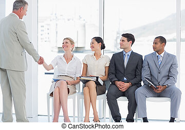 attente, femme, gens bureau, métier, clair, besides, mains, entrevue, homme affaires, secousse