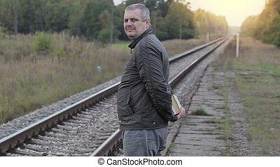 attente, homme, livres, train