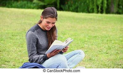 attentivement, livre lecture, sourire, brunette