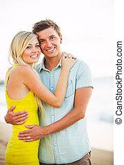attraente, coppia felice, spiaggia, a, tramonto, romantico, vacanza