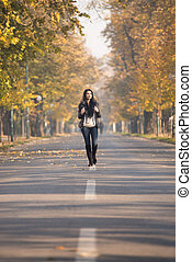 attraente, donna camminando, in, il, legnhe