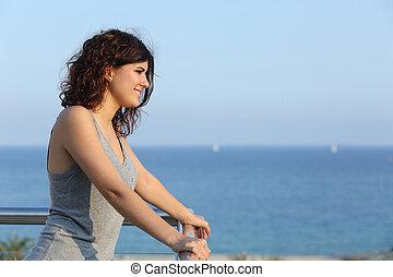attraente, donna, osservare, il, mare, da, uno, balcone