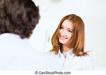 attraente, donna parlando, con, uno, uomo
