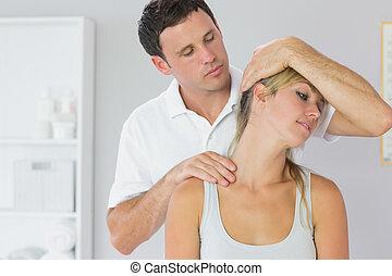 attraente, fisioterapista, esaminare, pazienti, collo