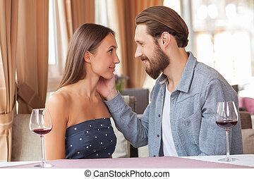 attraente, giovane, coppia amorosa, è, rilassante, in, ristorante