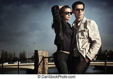 attraente, giovane coppia, occhiali sole indossare