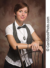 attraente, haired rosso, giovane adulto, femmina, ritratto, inclinandosi, sedia, contro, mussola, fondo.